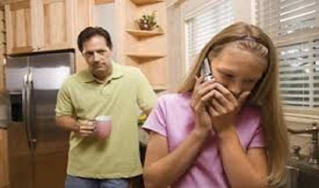 Cha mẹ thời nay có nên theo dõi con cái hay không?